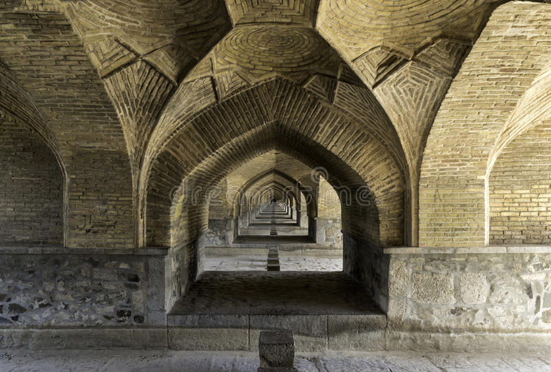 Mening onder brug Si-o-Se in Esfahan, Iran stock foto's