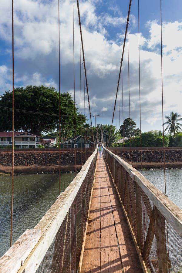 Mening onderaan de beroemde slingerende brug in Hanapepe Kauai stock afbeelding