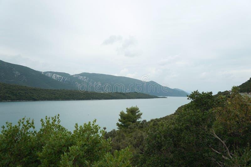Mening op de heuvels en nog het water dichtbij Neum stock foto's