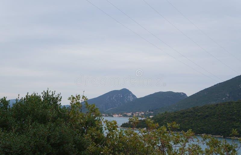 Mening op de heuvels en nog het water dichtbij Neum royalty-vrije stock afbeeldingen