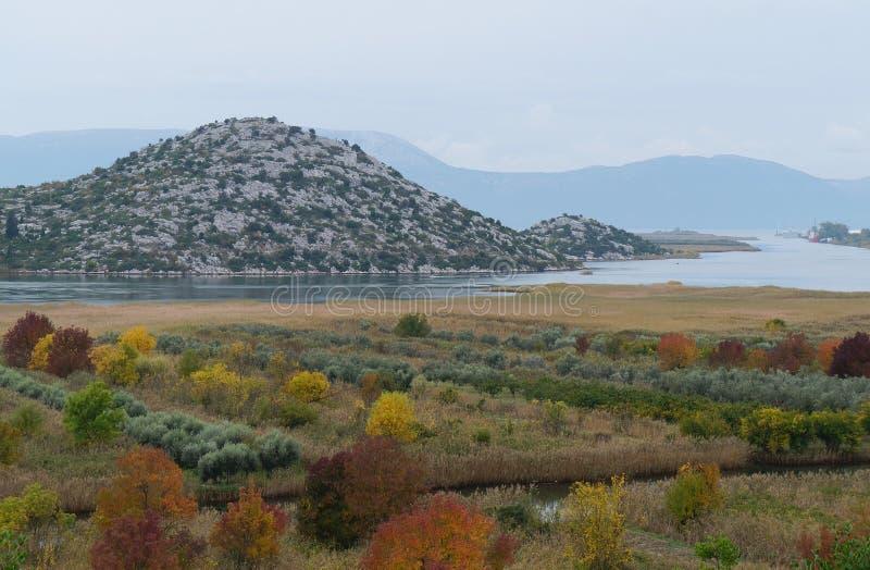 Mening op de rivier en de heuvels dichtbij Ploce in mist royalty-vrije stock afbeeldingen