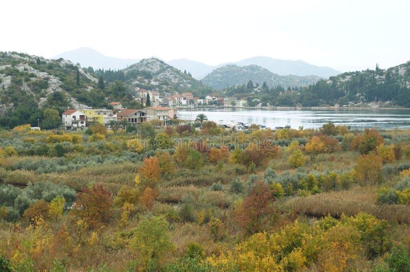 Mening op de rivier en de heuvels dichtbij Ploce in mist royalty-vrije stock foto