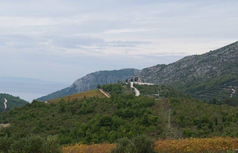 Mening op de rivier en de heuvels dichtbij Ploce in mist royalty-vrije stock foto's