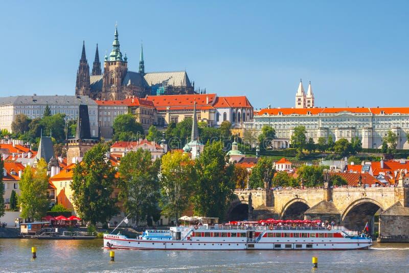 Mening op het Kasteel van Praag van Charles Bridge over Vltava-rivier in Praag, Tsjechische Republi stock foto