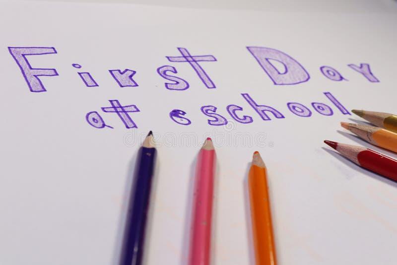 Mening op inschrijvings Eerste dag op school Het beginnen voor vele jonge geitjes Kleurrijke potloden stock afbeeldingen