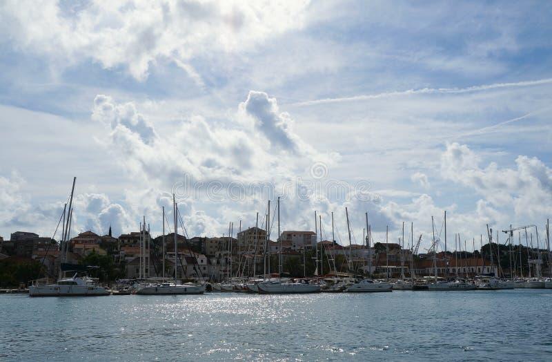 Mening op jachthaven van Trogir stock afbeeldingen