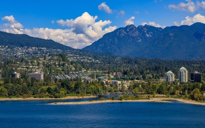 Mening op Noord-Vancouver en bergen van Stanley Park in Bestelwagen stock foto's