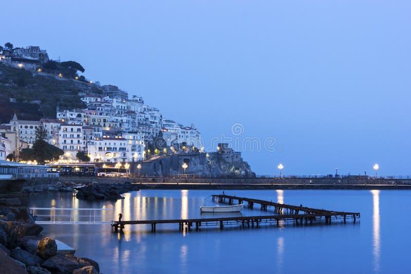 Mening over Amalfi in de avond, Italië royalty-vrije stock foto