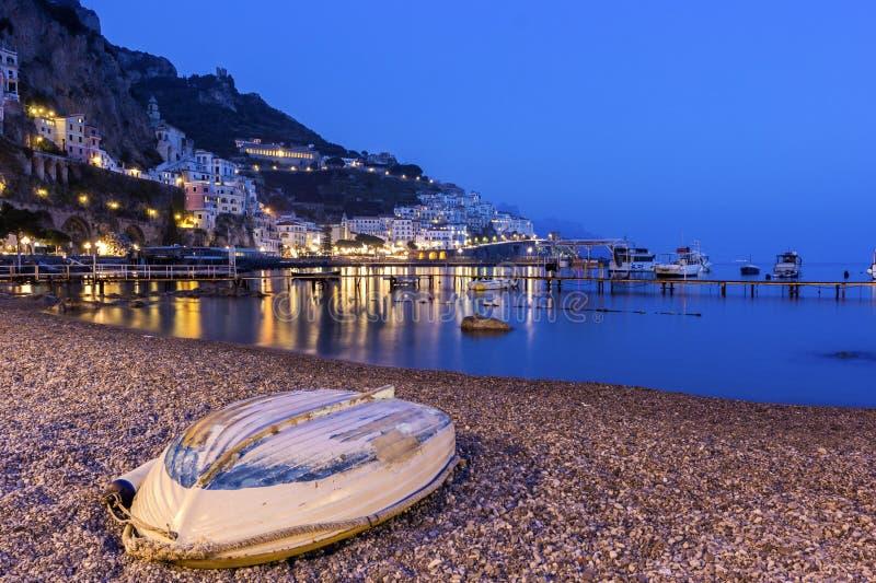 Mening over Amalfi in de avond, Italië royalty-vrije stock afbeelding
