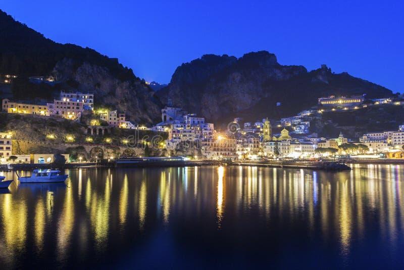 Mening over Amalfi in de avond, Italië royalty-vrije stock foto's