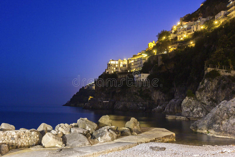 Mening over Amalfi in de avond, Italië stock afbeelding