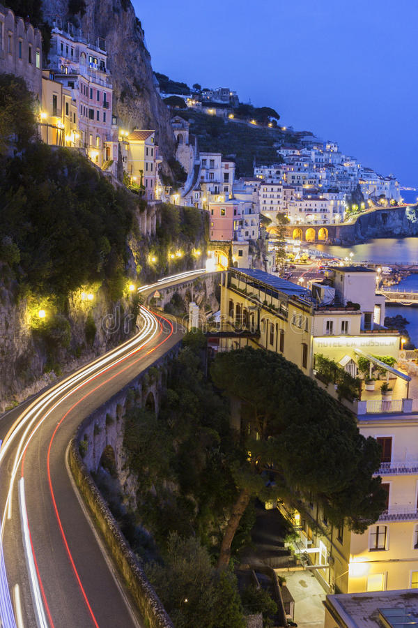 Mening over Amalfi in de avond, Italië stock foto