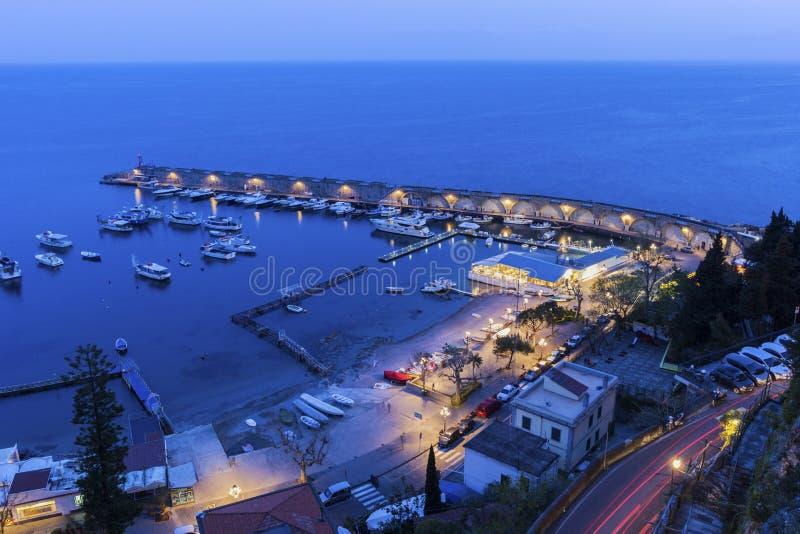 Mening over Amalfi in de avond, Italië stock afbeeldingen