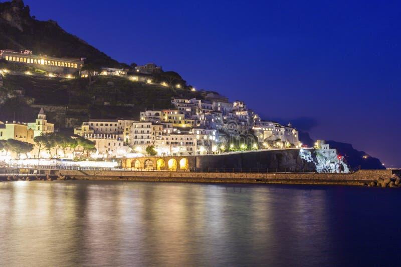 Mening over Amalfi in de avond, Italië stock fotografie