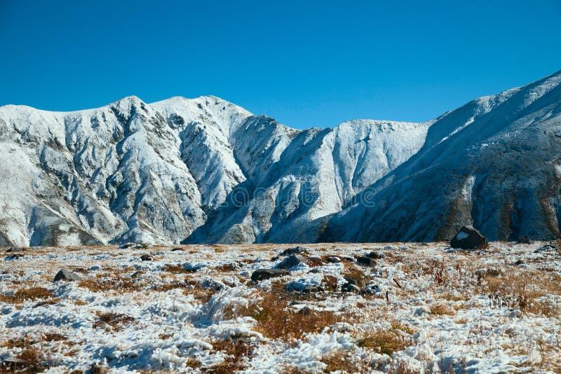 Mening over bergen in sneeuw stock foto