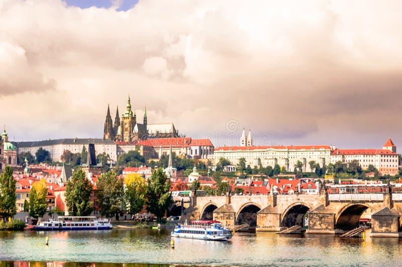 Mening over Charles Bridge over Vltava en cityscape in Praha stock foto's