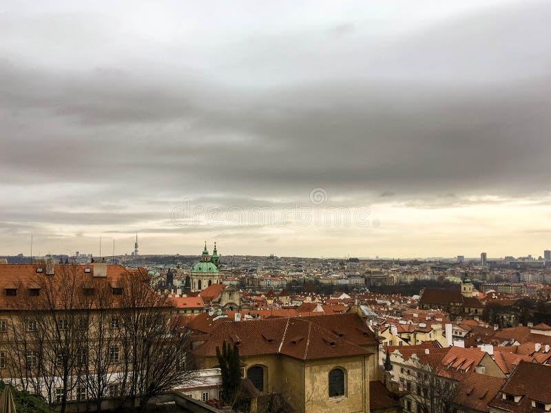 Mening over daken in Praag stock foto's