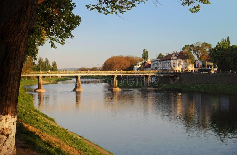 Mening over de belangrijkste brug over de rivier Uzh royalty-vrije stock afbeeldingen