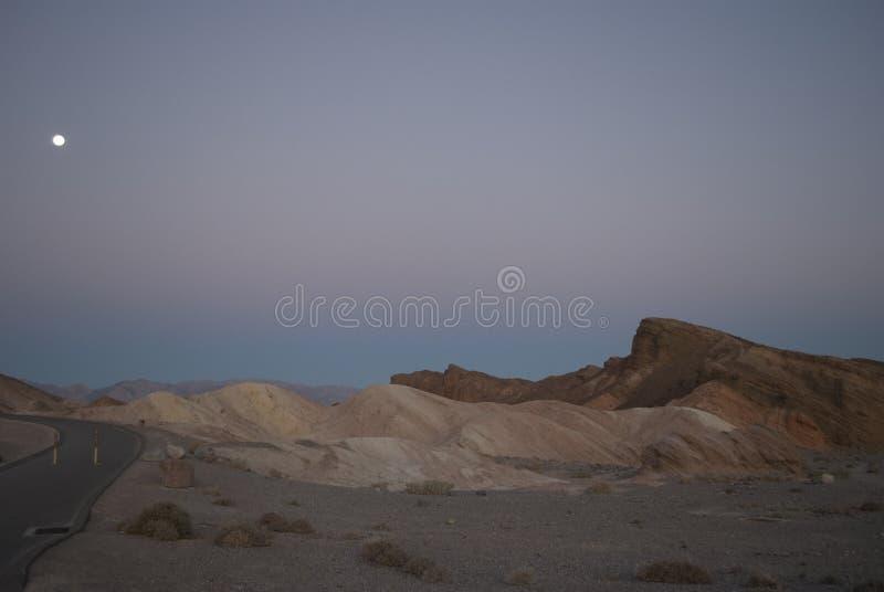 Mening over de bergen en de maan vlak vóór zonsopgang royalty-vrije stock fotografie