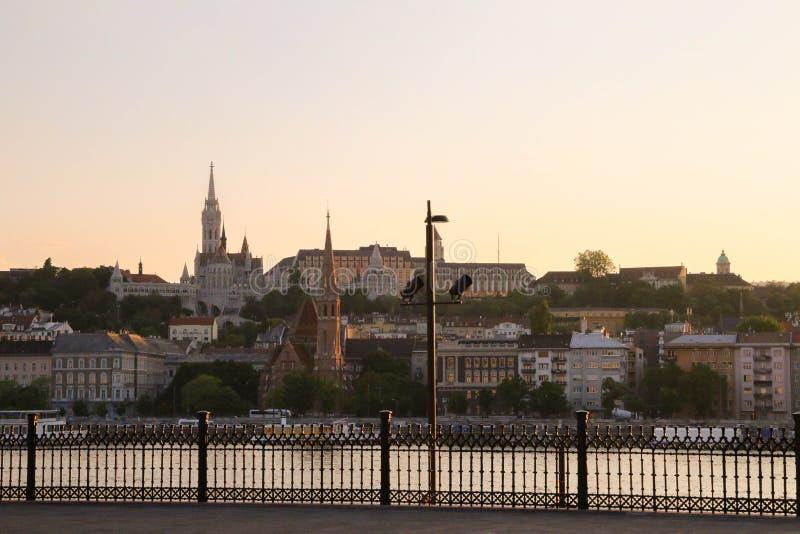 Mening over de heuvel van het budakasteel van een het parlementsvierkant in Budapes stock afbeelding