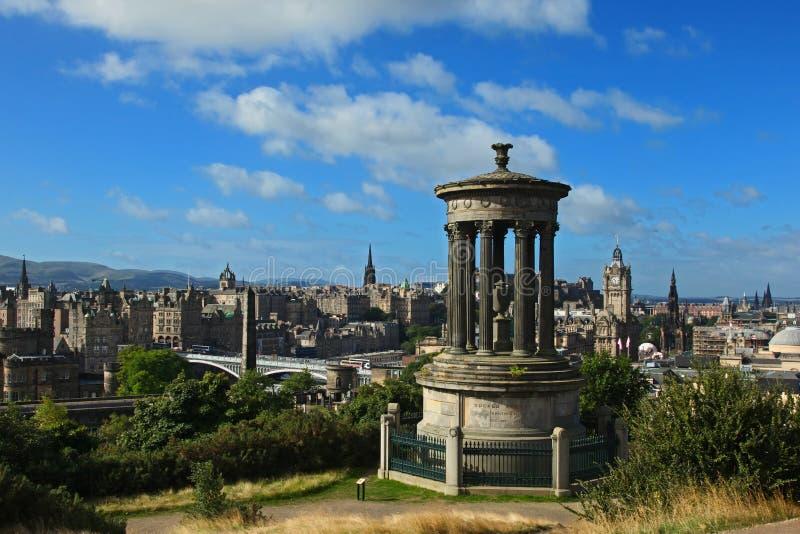 Mening over de horizon van Edinburgh met het Kasteel van Edinburgh en Scotts-Monument van Calton-Heuvel, Schotland stock foto