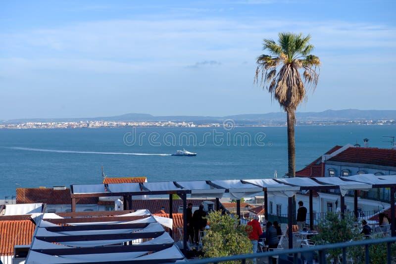 Mening over de huizen van Lissabon stock afbeelding