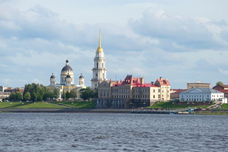 Mening over de Kathedraal spaso-Preobrazhensky en de bouw van brooduitwisseling Rybinsk, Russ stock afbeelding