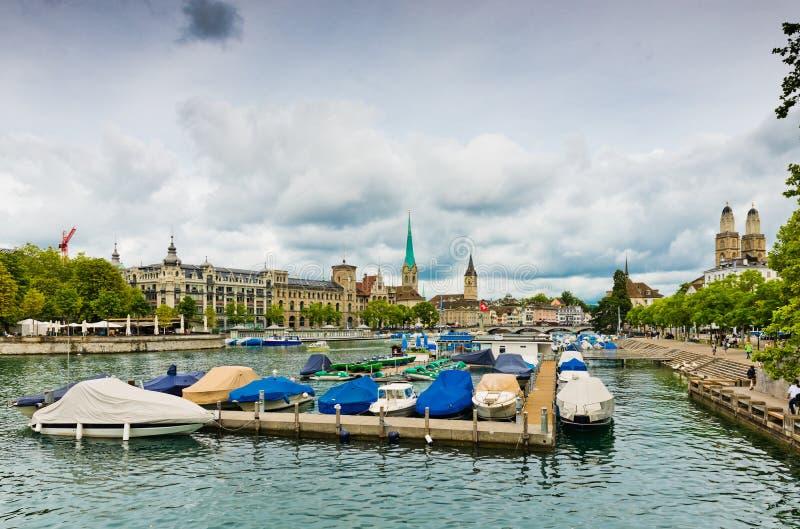 Mening over de Limmat-rivier Zürich is de grootste stad in Switzerl stock afbeelding