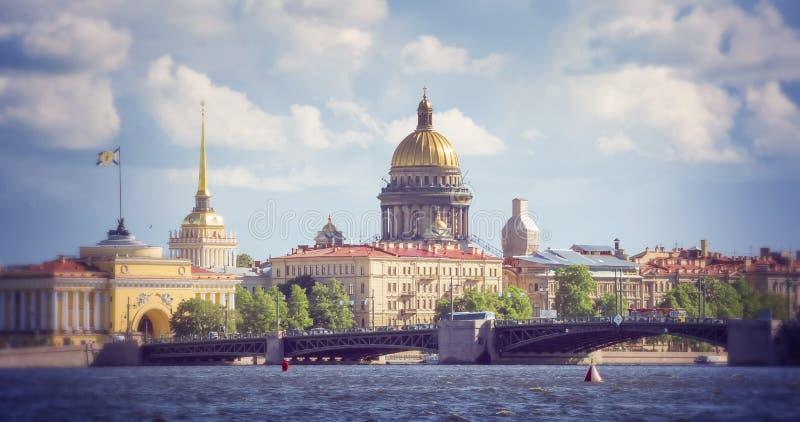 Mening over de Neva-rivier en St Isaac Kathedraal St Petersburg stock fotografie