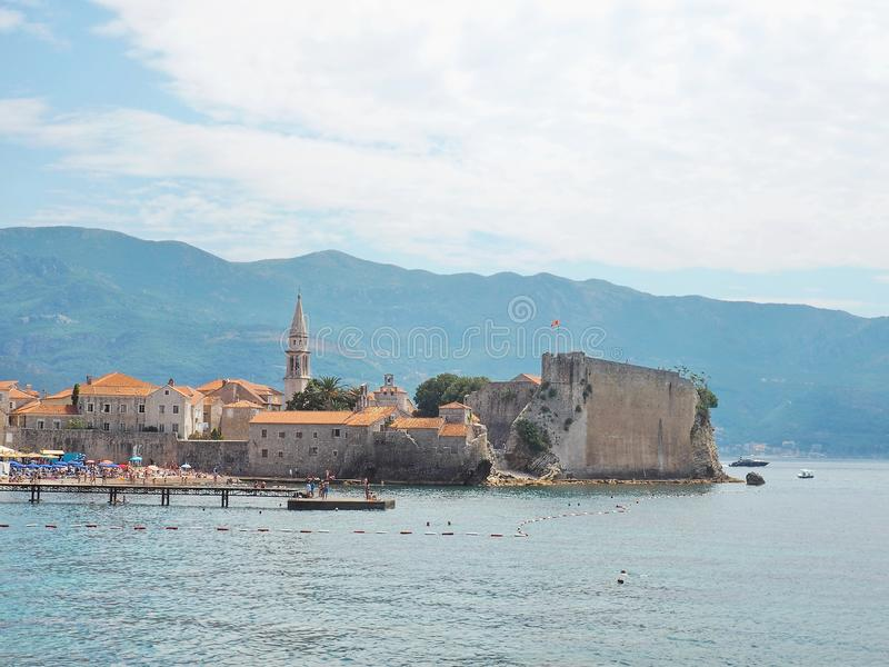Mening over de oude stad van Budva Montenegro landschap op zonnige dag Oud fort in lagune royalty-vrije stock foto