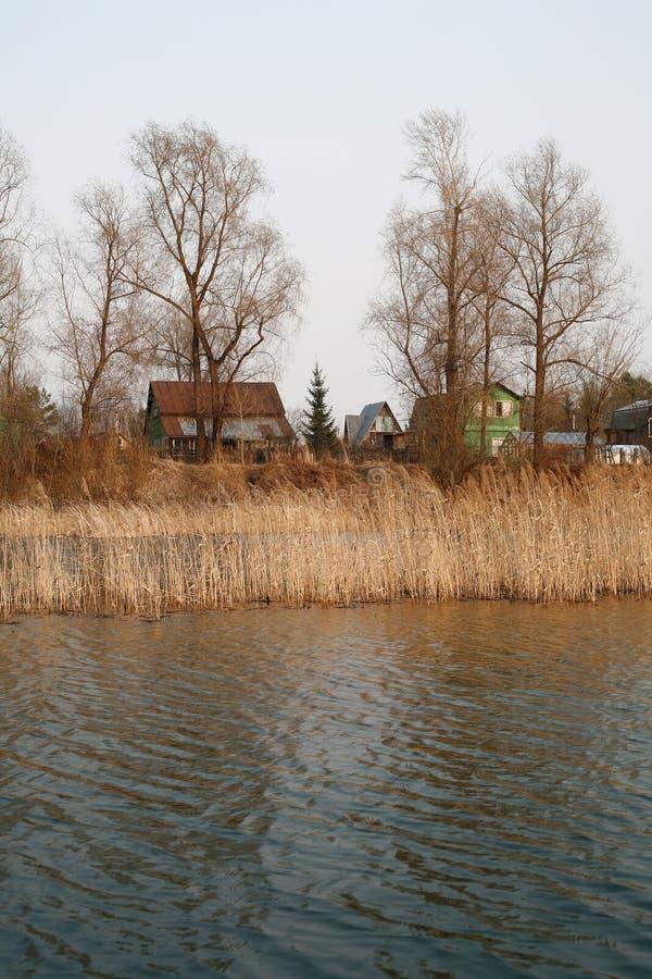 Mening over de rivier en het dorp bij saaie dag royalty-vrije stock afbeelding