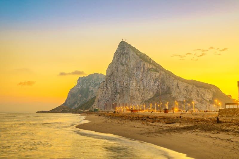 Mening over de rots van Gibraltar op zonsondergang stock afbeelding