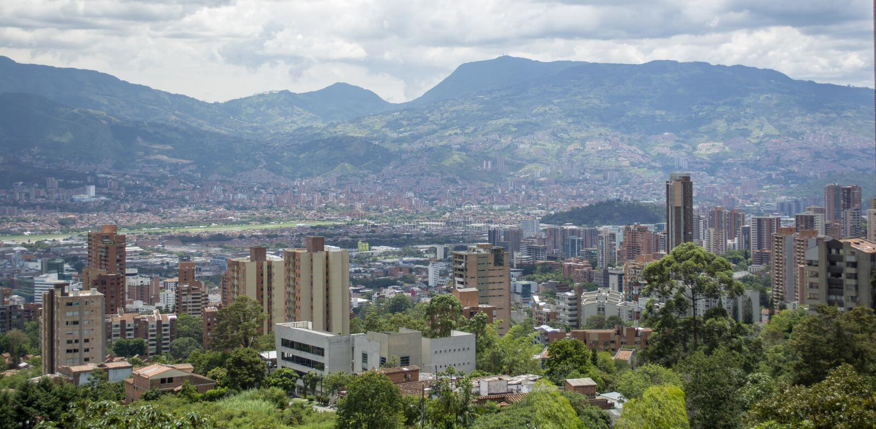 Mening over de stad Medellin in Colombia stock foto's