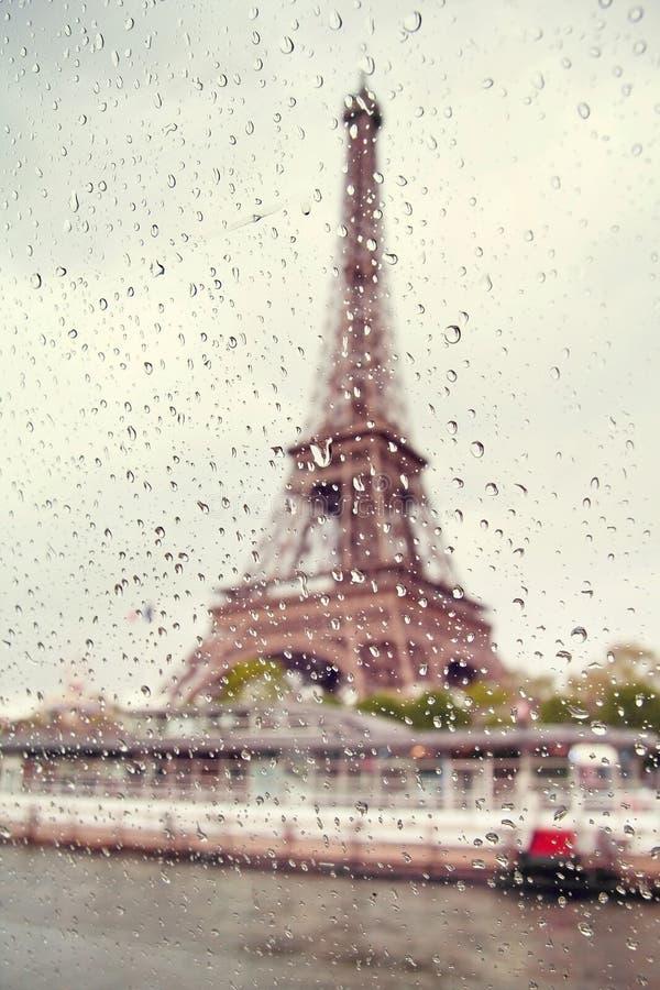 Mening over de Toren van Eiffel door het venster met regendalingen royalty-vrije stock foto