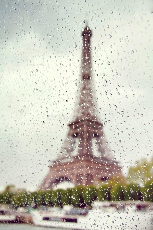 Mening over de Toren van Eiffel door het venster met regendalingen stock afbeelding