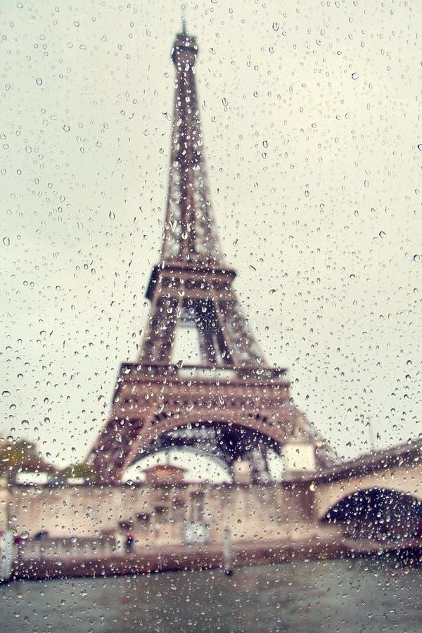 Mening over de Toren van Eiffel door het venster met regendalingen stock afbeeldingen