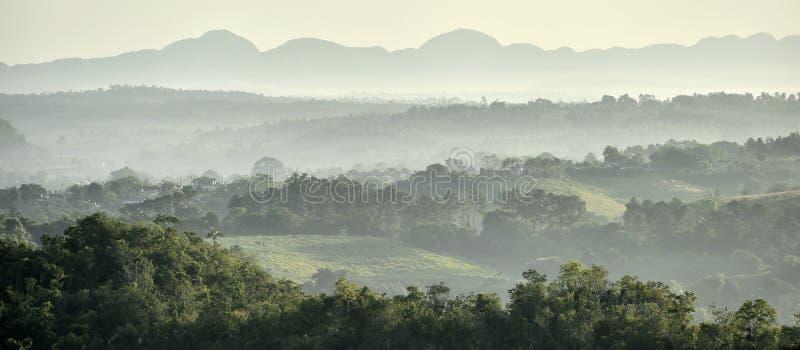 Mening over de Vinales-Vallei in Cuba Ochtendschemering en mist stock fotografie