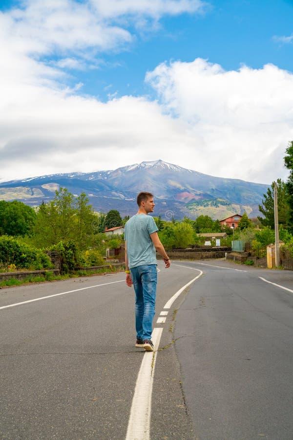 Mening over de vulkaan van uitbarstingsetna van de eenzame weg royalty-vrije stock afbeeldingen