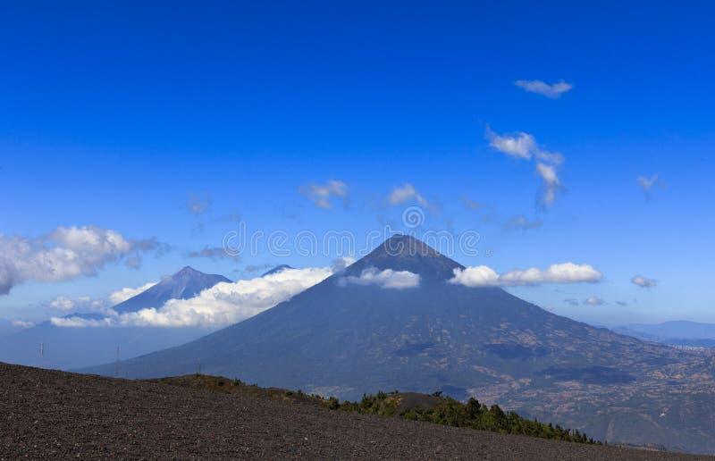 Mening over de Vulkanen Agua en Fuego stock foto's