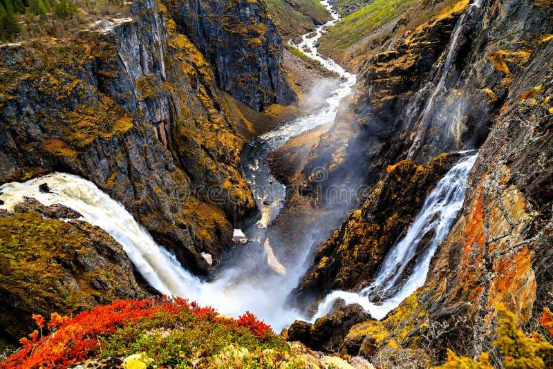 Mening over de waterval en de klippen van Voringfossen vanaf de bovenkant stock foto's