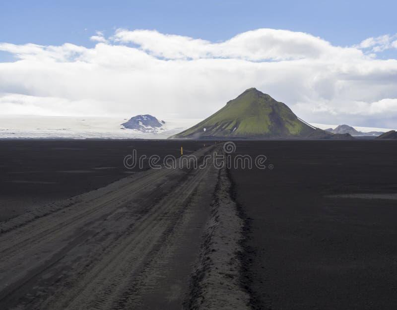Mening over de weg van de vuilberg F210 in de zwarte woestijn van het lavazand bij Nationaal stock afbeelding