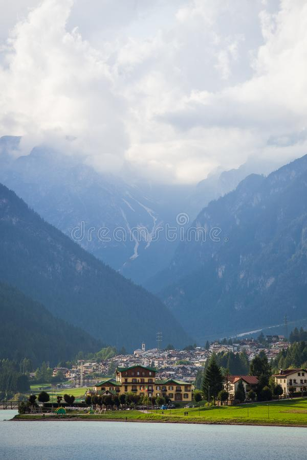 Mening over diga Di santa caterina met mooi binnen hooggebergte royalty-vrije stock afbeeldingen