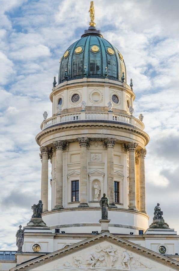 Mening over Duitse Kathedraal bij Gendarmenmarkt-vierkant op een kernachtige de winterdag met dramatische bewolkte hemel, Berlijn royalty-vrije stock afbeelding