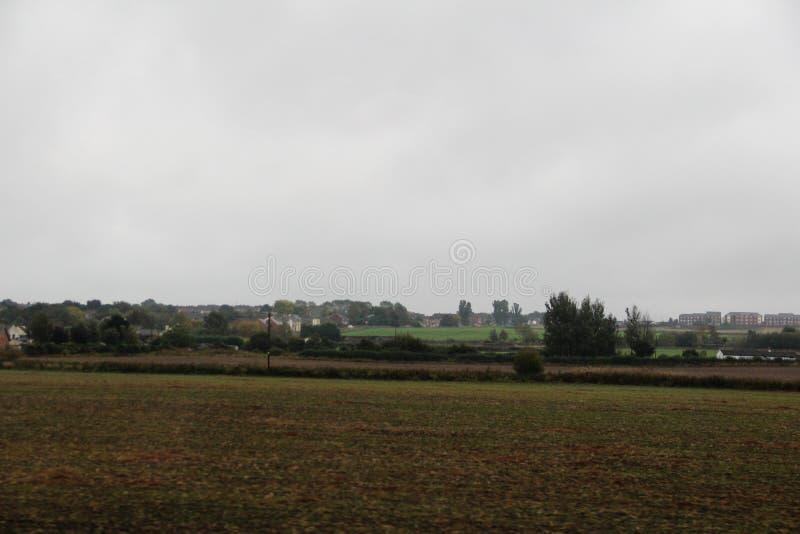 Mening over een gecultiveerd land en een weide onder een bewolkte hemel in Durham ten noordoosten van Engeland stock foto
