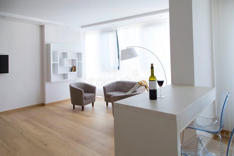 Mening over een moderne woonkamer stock afbeelding