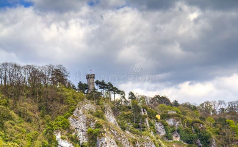 Mening over een oude die vesting bovenop de berg in Dinant wordt gevestigd, stock fotografie