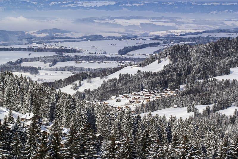 Mening over een Zwitserse vallei stock foto