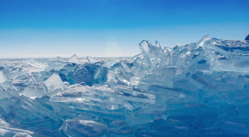 Mening over en door ijs op bevroren gebieden van Meer Baikal royalty-vrije stock foto