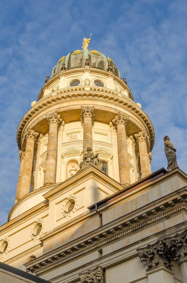 Mening over Franse Kathedraal bij Gendarmenmarkt-vierkant in gouden middaglicht, Berlijn, Duitsland royalty-vrije stock fotografie