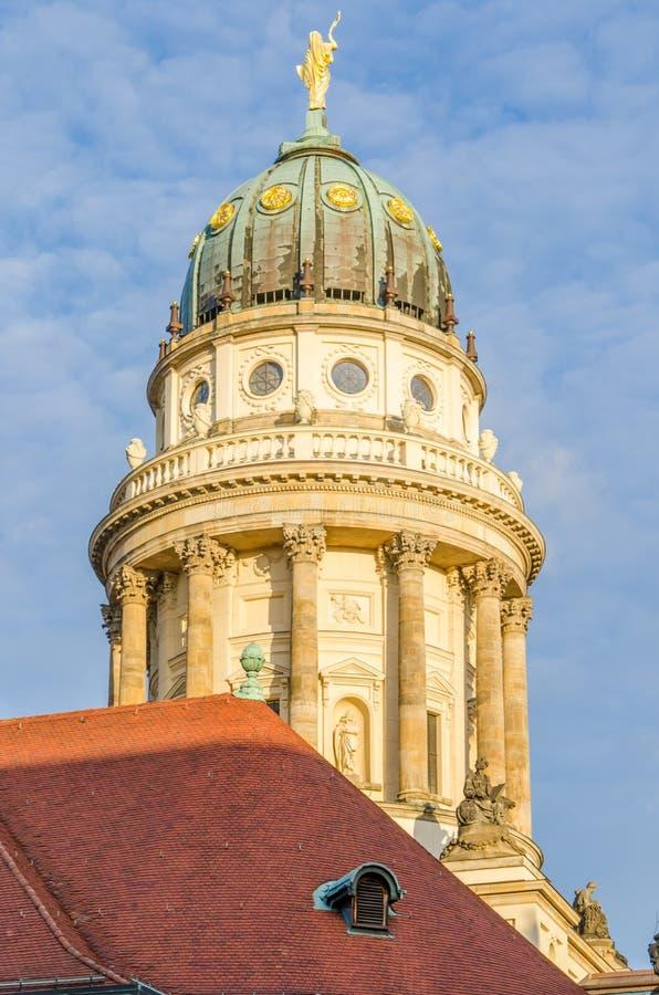 Mening over Franse Kathedraal met rood betegeld dak in voorgrond bij Gendarmenmarkt-vierkant in Berlijn, Duitsland royalty-vrije stock foto's